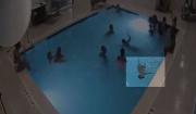 美两岁男孩沉入游泳池底部险淹死周围十几人无察觉以为他在学游泳