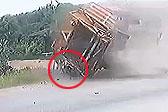泰国一少年骑摩托车被侧翻卡车压住瞬间跳下逃走