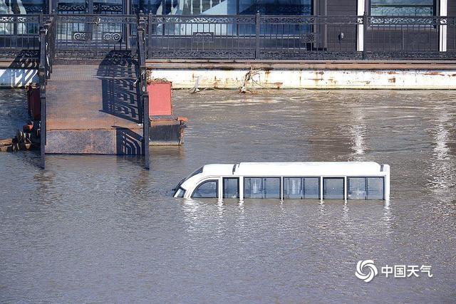 松花江超警戒线洪峰过境哈尔滨 船只停航