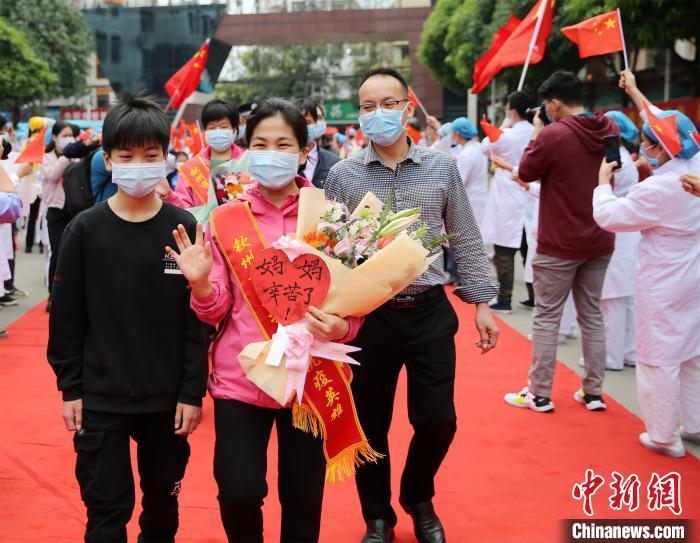 广西钦州市民列队欢迎援鄂医疗队员凯旋归来