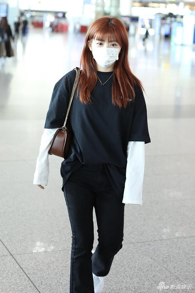 赖美云穿黑色T恤清爽减龄 背兔子玩偶可爱满分