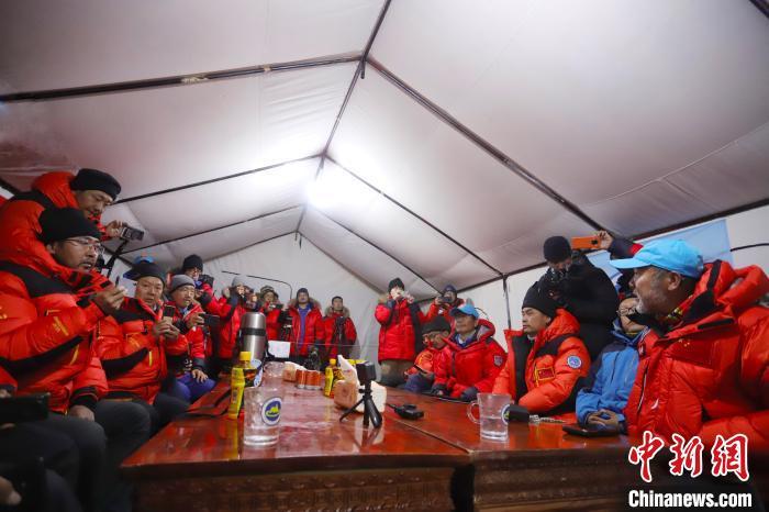 2020珠峰高程测量登山队登顶珠峰开展测量