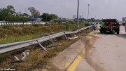 泰国一辆巴士在公路上爆胎撞上路障?车内4名乘客被甩出