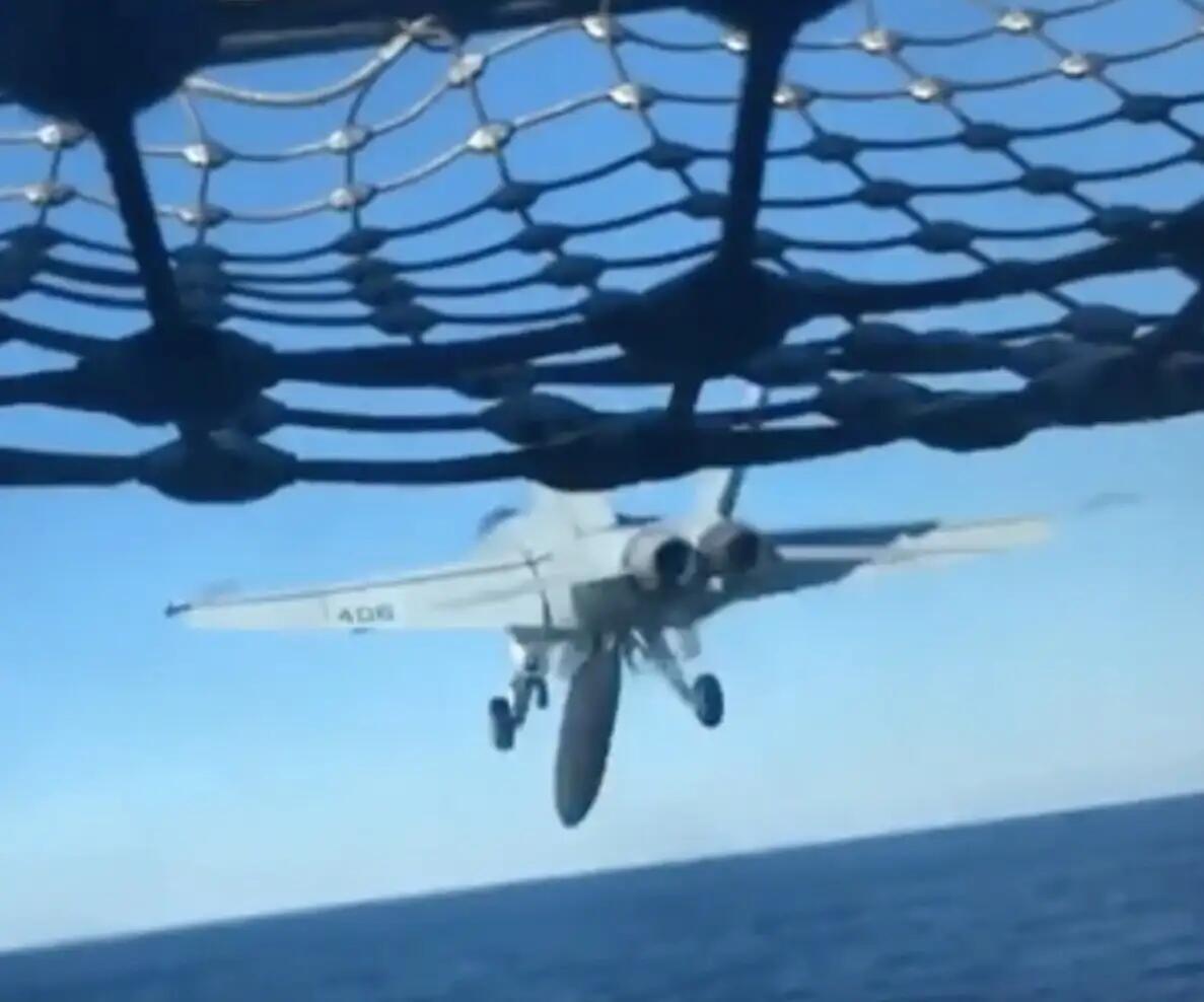 美军舰载机弹射起飞时副油箱脱落直接栽进海里