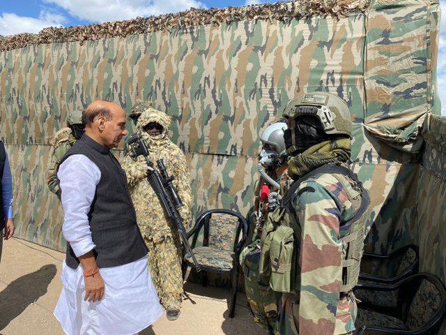 allbet gaming下载:印度防长接见中印边境地区,旁观印军坦克和步战车演练 第4张