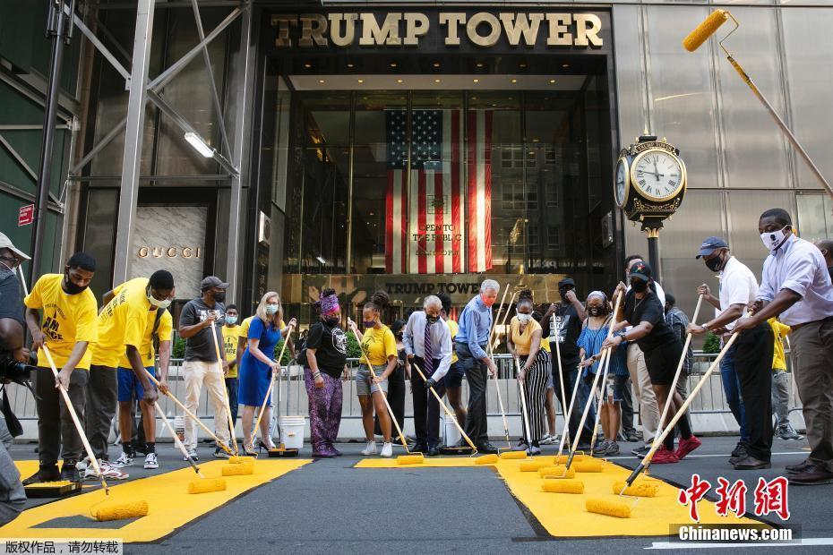 """特朗普大厦前遭""""动土"""" 纽约市长亲自涂反歧视标语"""