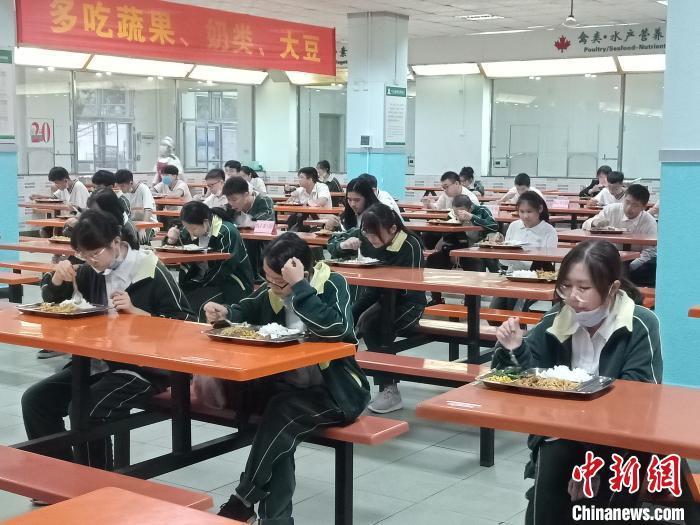海南高三、初三开学 单人单桌上课错时就餐