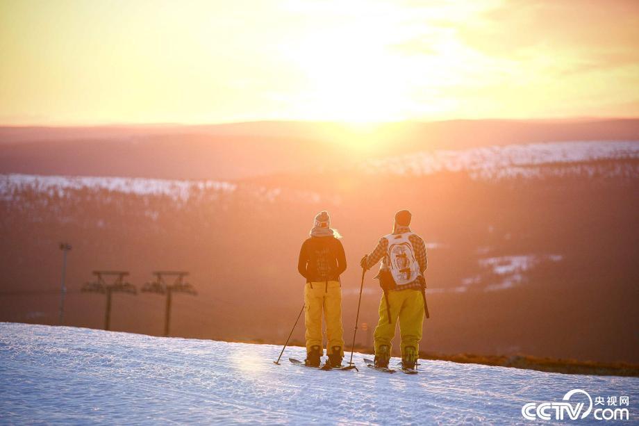 芬兰迎来极昼 登山者并肩欣赏日出美景