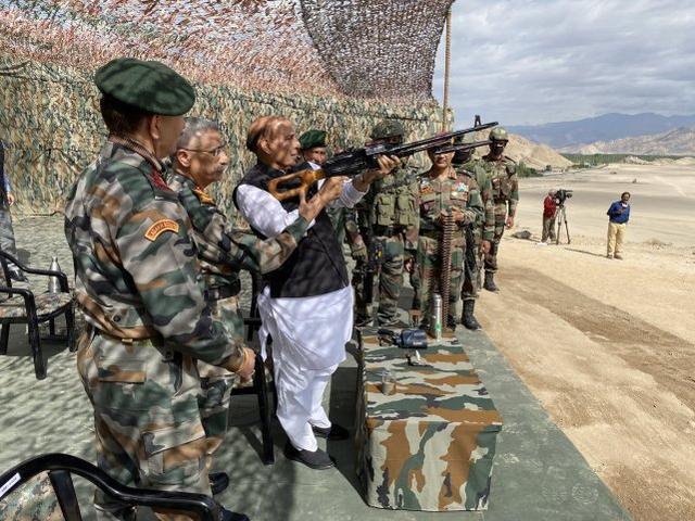allbet gaming下载:印度防长接见中印边境地区,旁观印军坦克和步战车演练 第2张