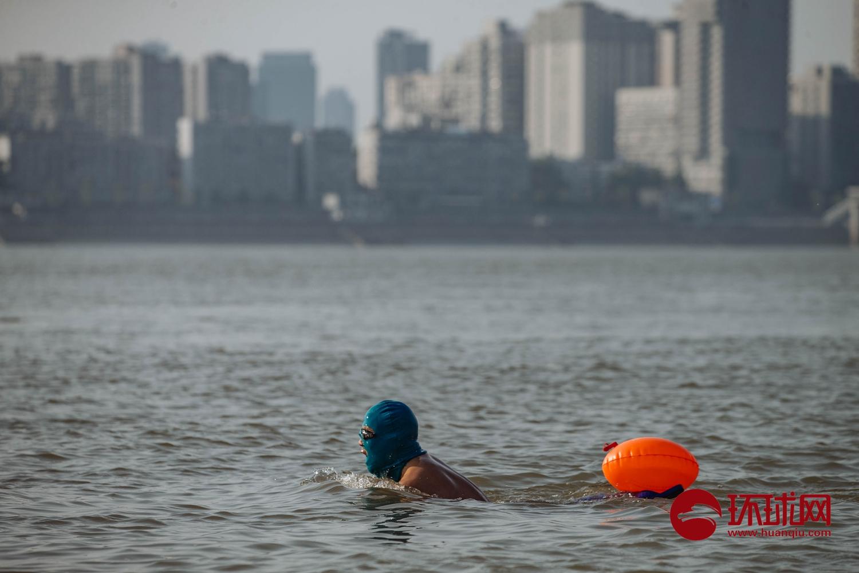 武汉解封第一个周末:气温回升,市民在江滩拍婚纱照