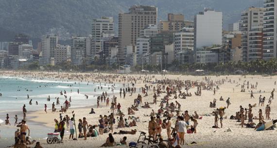 海滩、阛阓、公园……巴西多地泛起人群群集征象