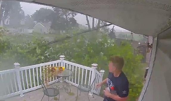 有惊无险!美国一男子出门时险被一棵倒下的树砸到