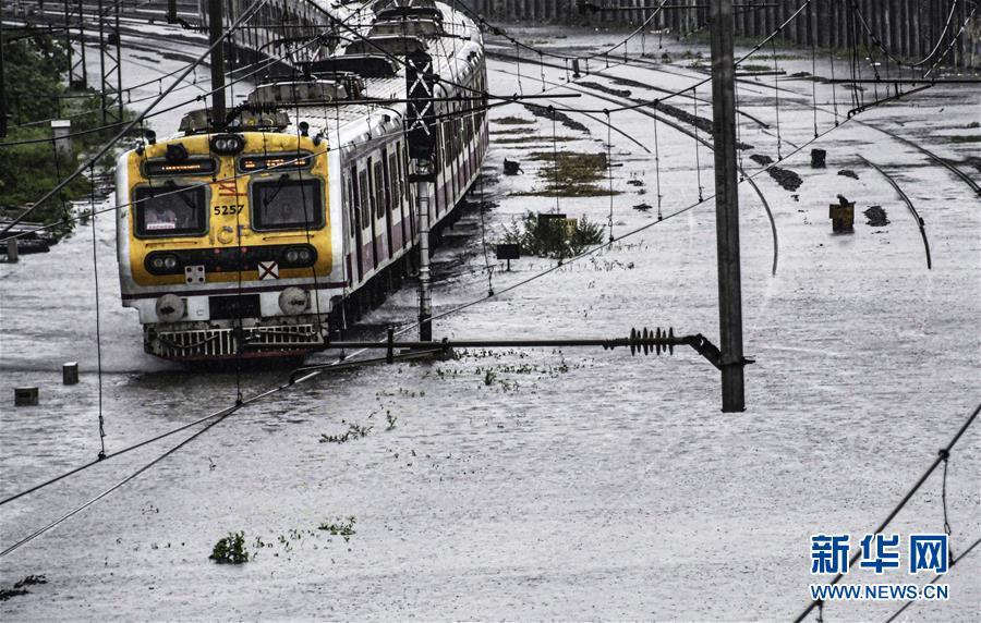 孟买遭遇强降雨发布暴雨红色预警