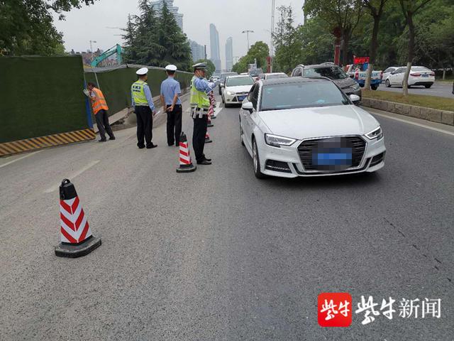 南京扬子江大道施工工地发生塌陷,南向北仅有一股车道供通行