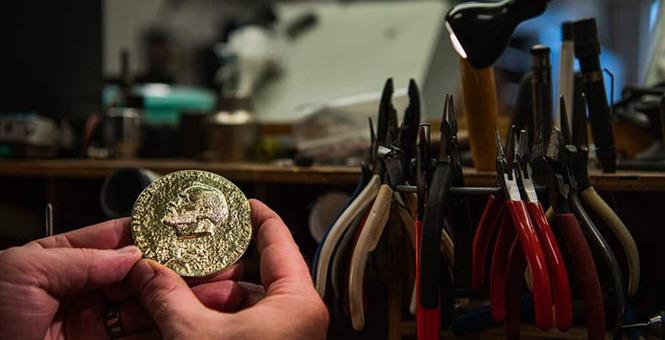 2019年诺贝尔奖颁奖典礼即将举行 工匠揭示奖牌制作过程