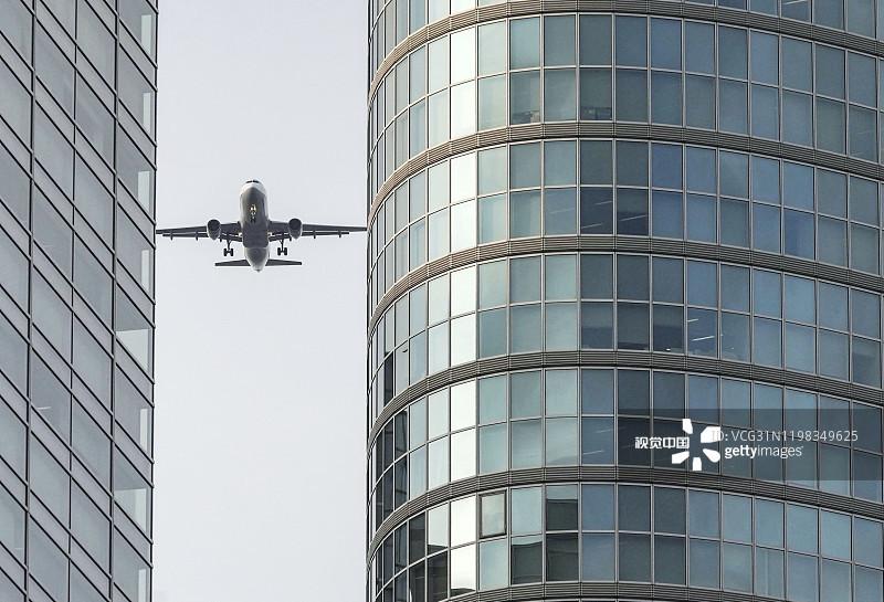 日本东京羽田机场测试新国际航线客机超低空飞掠城市