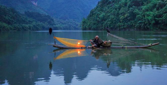 广西桂林漓江渔火:岸火孤舟宿,渔家夕鸟还