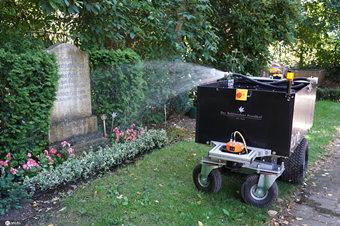 德国墓园现自动灌溉机器人