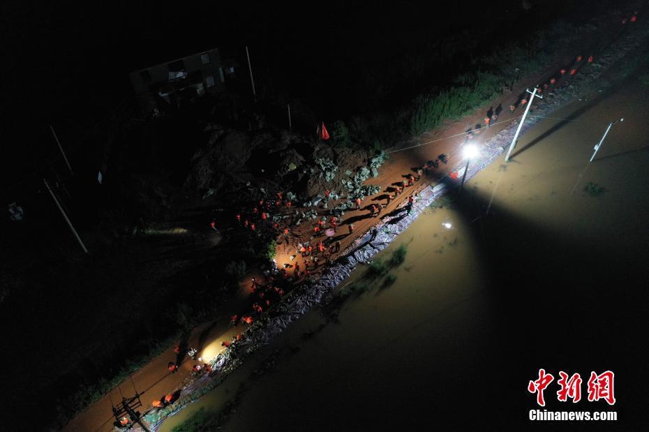 """江西鄱阳城郊昌江圩的昼与夜:危堤压""""惊"""""""