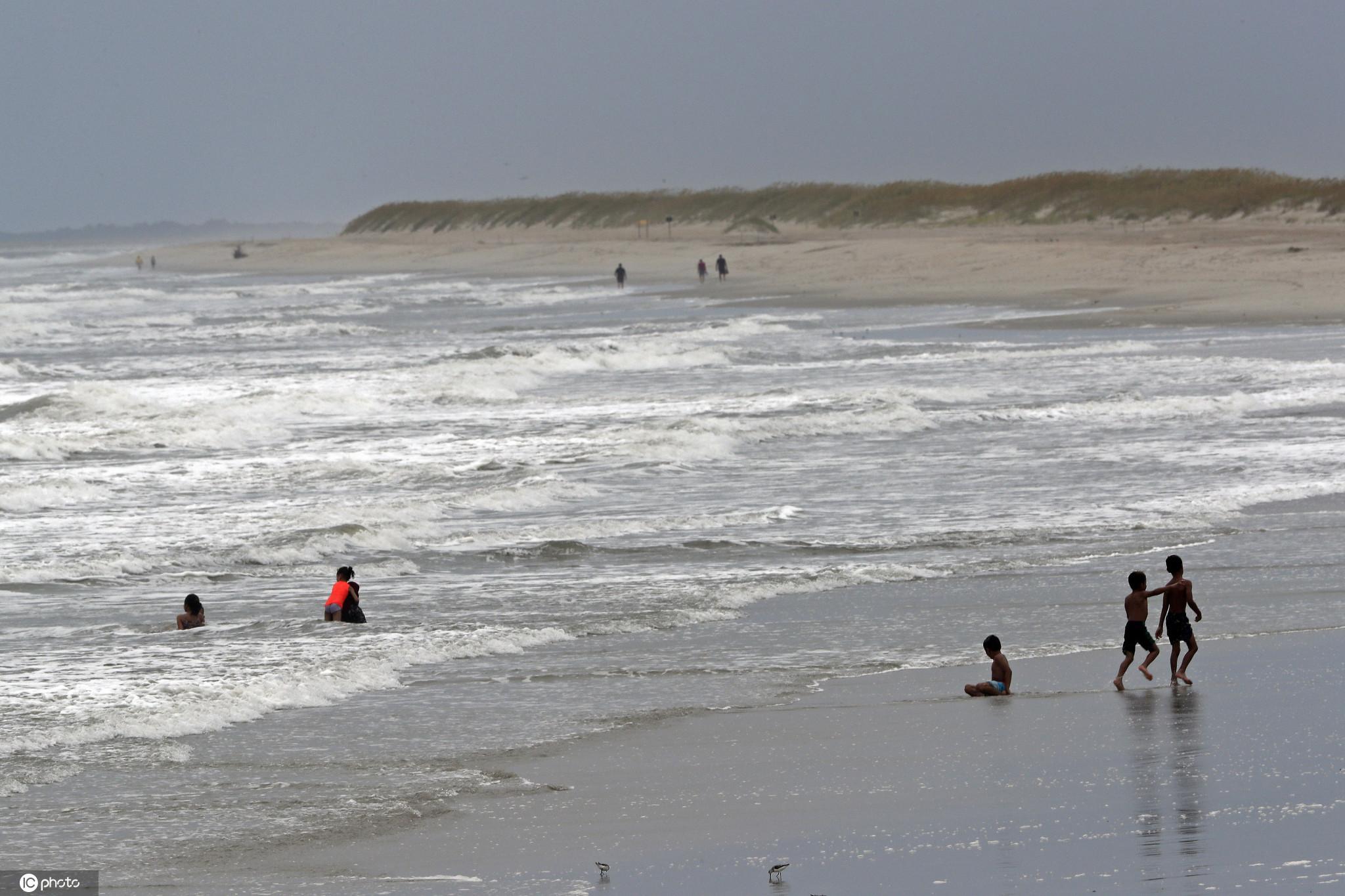 热带风暴伊萨亚斯登陆美国南卡州?民众海中游泳戏水