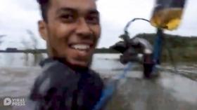 不要命!马来西亚两兄弟改装摩托车开进洪水中