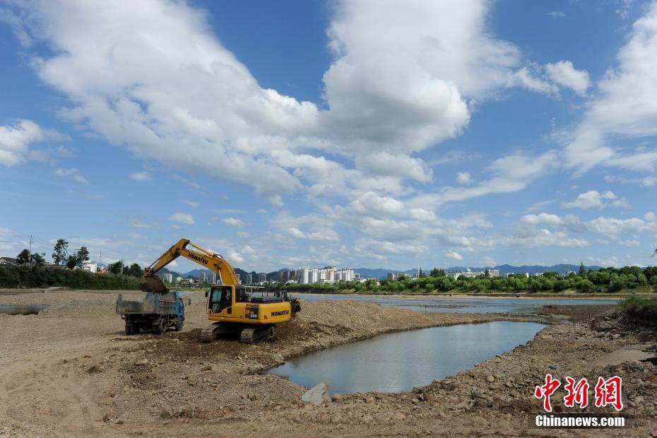 安徽黄山打捞被洪水冲毁的古桥构件