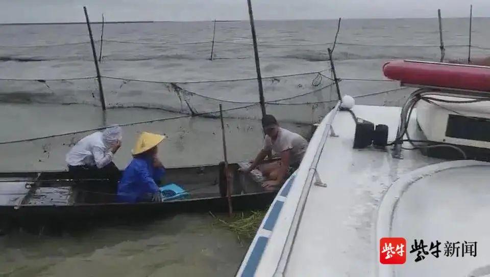 3少年垂钓遇险!刚被救上快艇小船就沉了