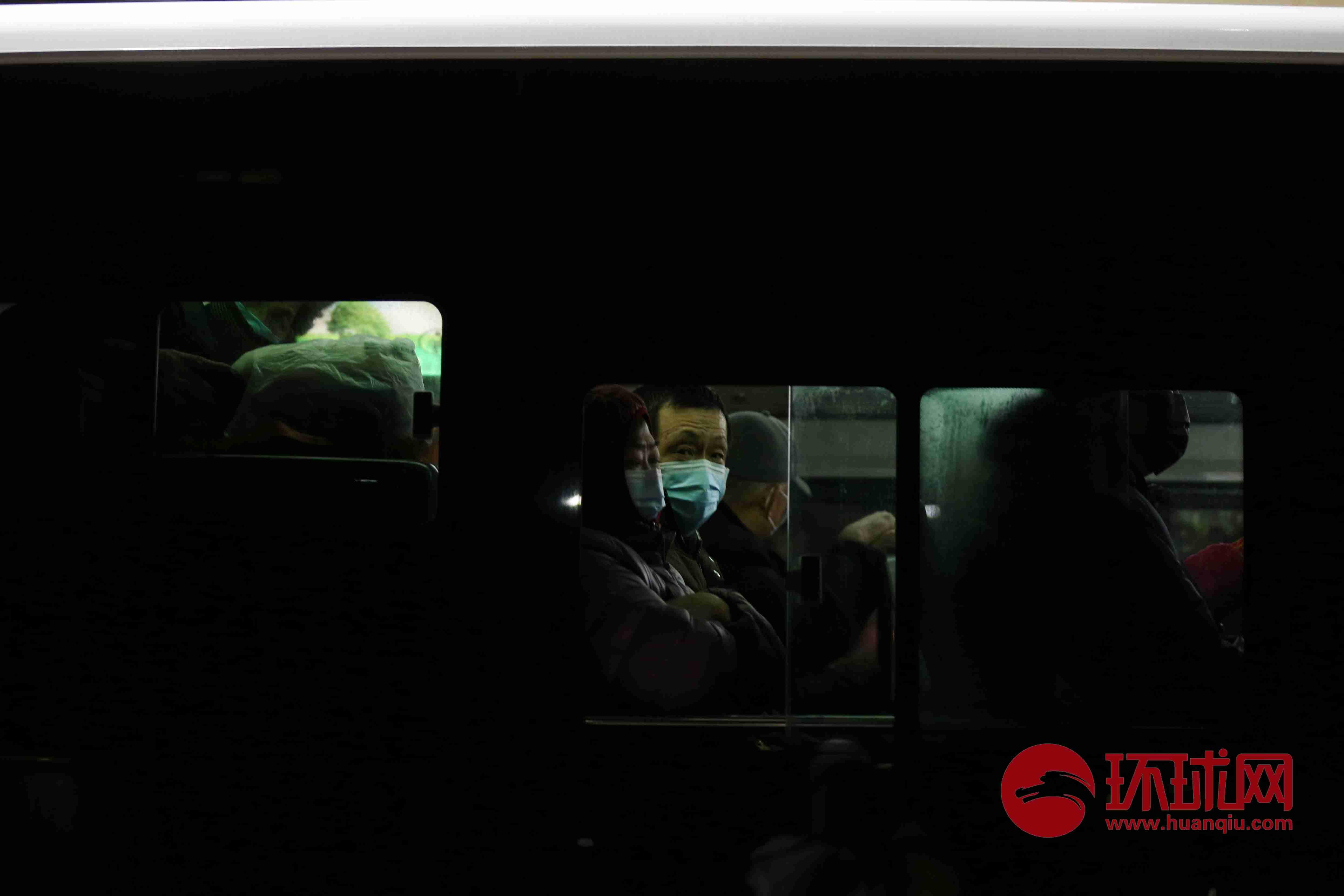 湖北武汉:社区转运重症患者的公交车