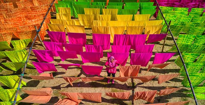 孟加拉工人晾晒蜡染布匹 色彩缤纷美成风景
