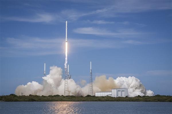 """SpaceX利用一枚""""三手""""的猎鹰9火箭第四次一箭60星:目标4.2万颗"""