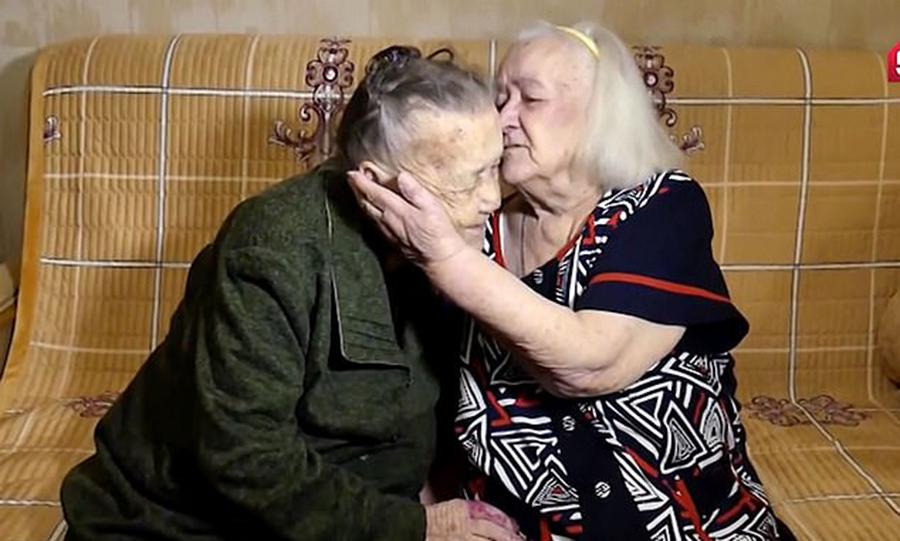跨越四分之三世纪的拥抱!俄耄耋两姐妹失散78年后重逢