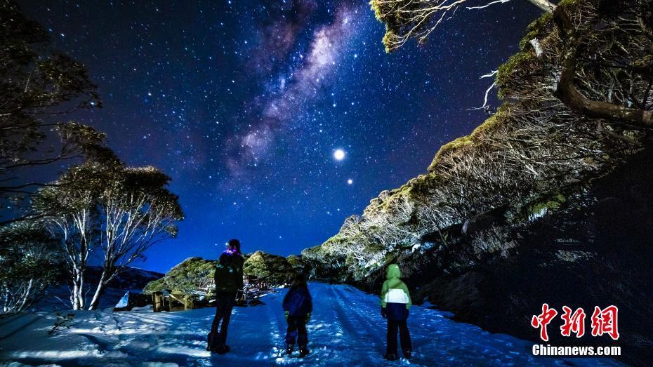 澳大利亚夜空星光璀璨 银河横跨天际