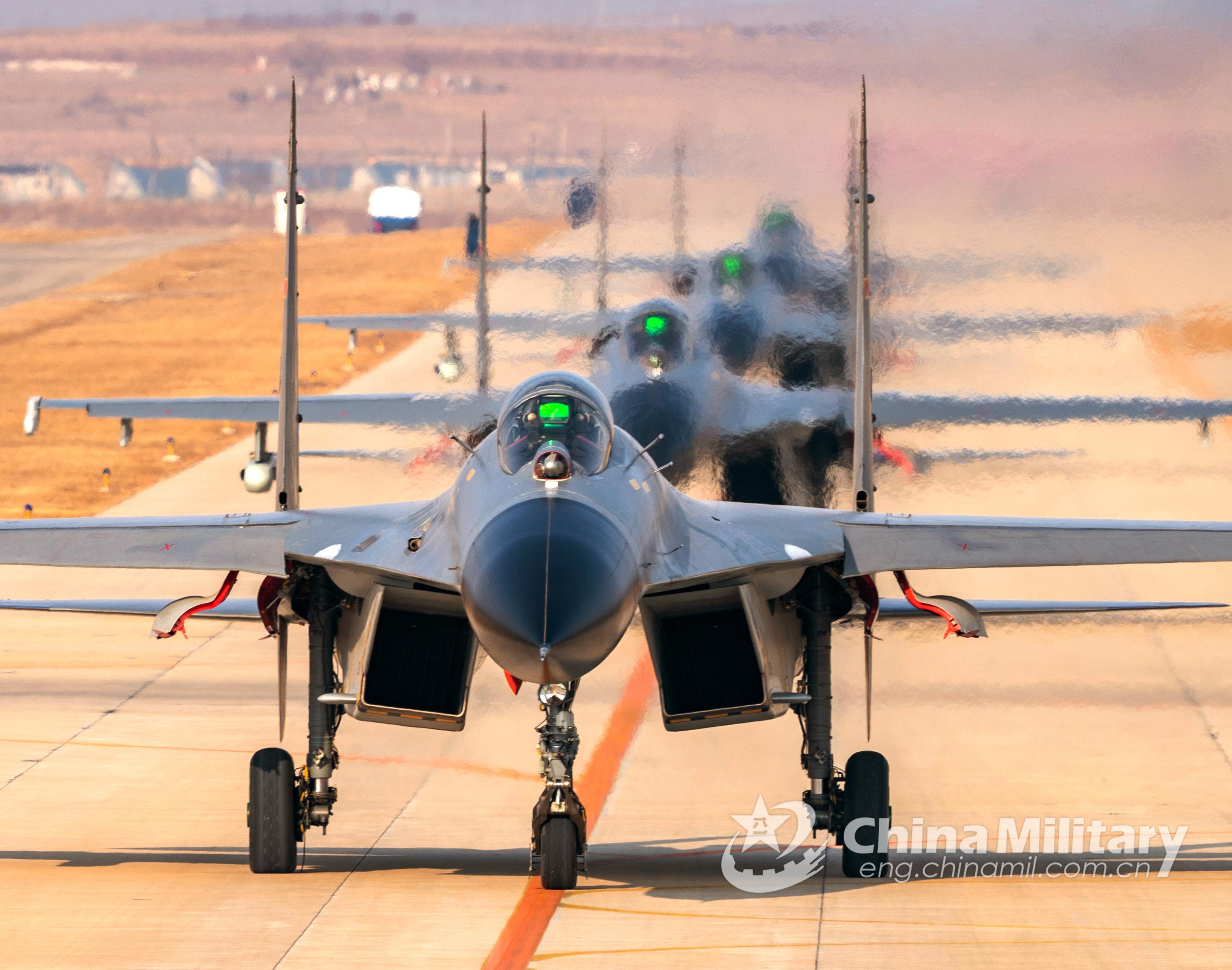 歼-11战斗机最新猛照曝光列队滑行起飞训练