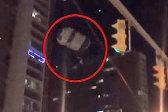 美国一男子凌晨跳伞被挂在一座停车场屋顶上