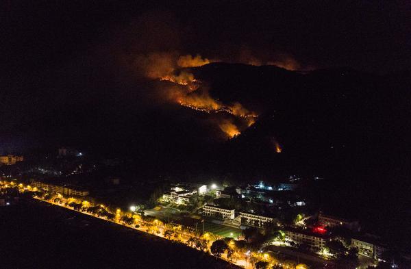 西昌泸山森林火场遇风再次复燃,市区可见明火和浓烟