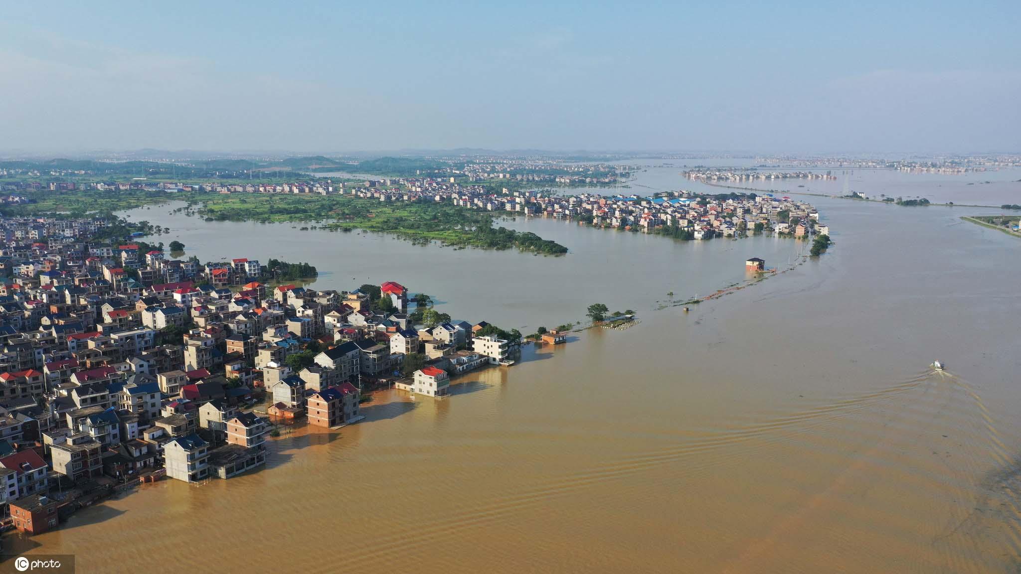 鄱阳湖水位突破历史极值航拍被洪水围困的江西鄱阳县