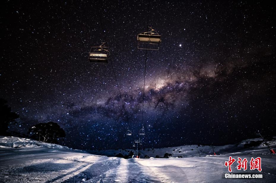 澳大利亚滑雪场夜间造雪 雪花与璀璨银河相辉映