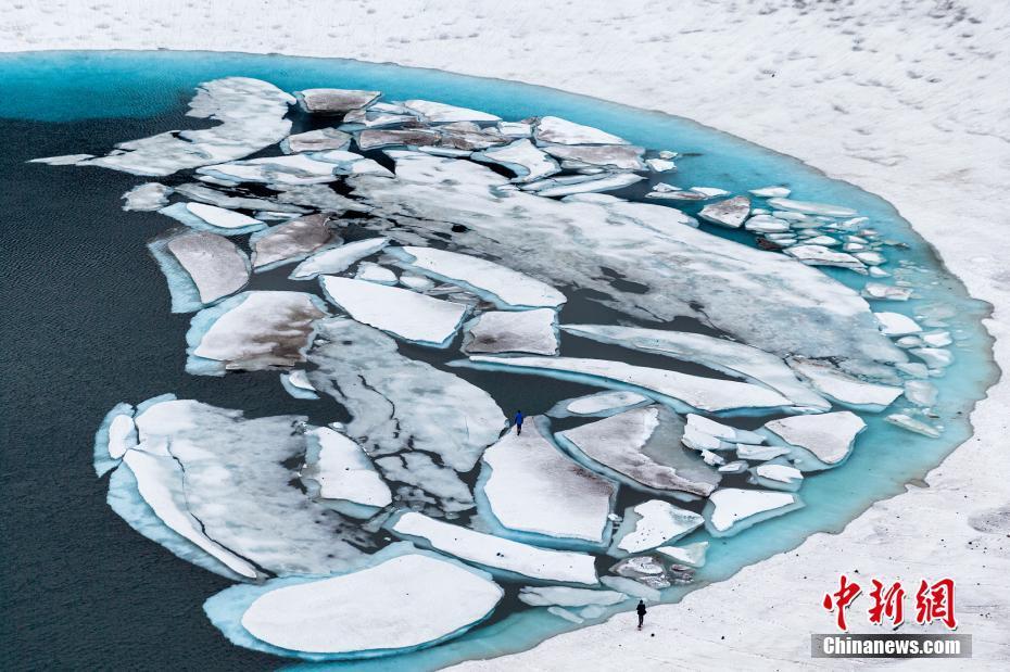 """俄罗斯""""冰封""""火山一片纯白 融雪形成火山湖"""