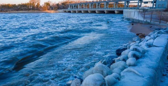 中俄界湖兴凯湖大面积结冰 冰排涌动现冰栅栏