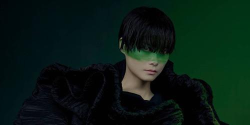 李宇春挑战暗黑时尚风 半脸彩绘颜色反差碰撞独有风格