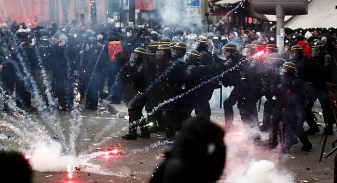 法国工会无限期大罢工 防暴警察与示威者持续激烈冲突