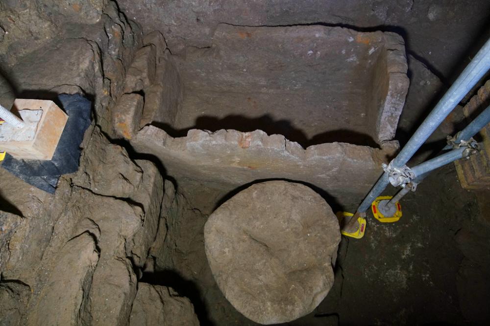 意大利古罗马广场发现神秘石棺