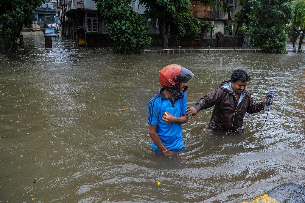 印度暴雨街道被淹行人涉水而行