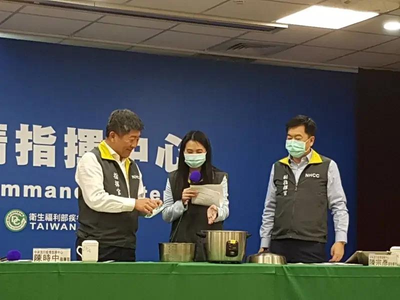 曾称口罩供应无虞捐出一千万,民进党当局今教民众干蒸消毒重复使用,台网友怒了