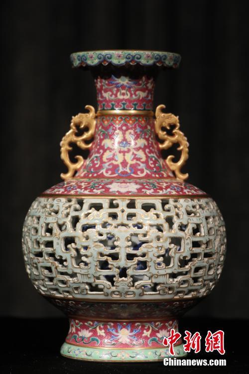 估价9000万港元乾隆时期玲珑夹层瓶将亮相香港苏富比春拍