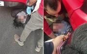正能量!英女子被公交撞倒卷入车底路人抬起汽车救其性命