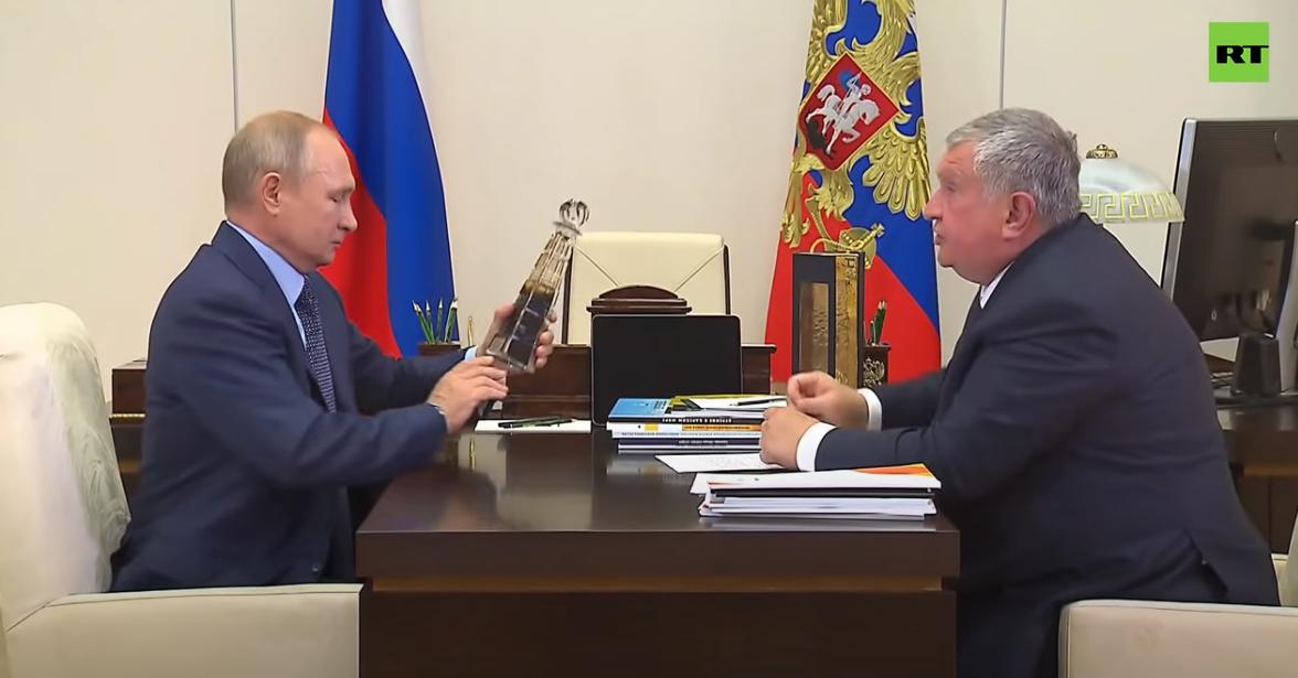 ug环球app下载:俄石油总裁送一瓶顶级石油 普京乐了:比中东的还好(图) 第2张