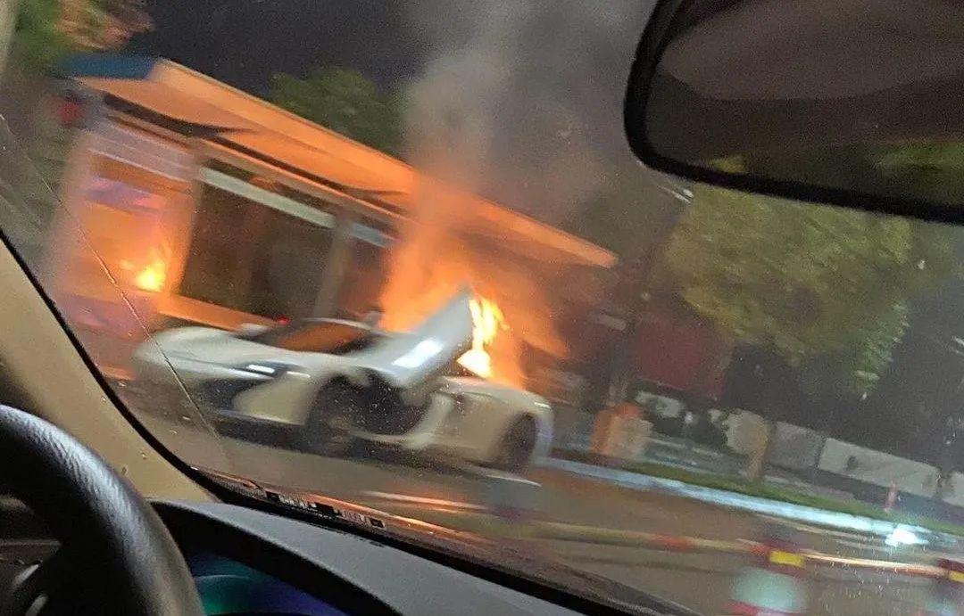 昨晚,浙江诸暨街头百万跑车,突发着火!全部烧焦,现场惨不忍睹!