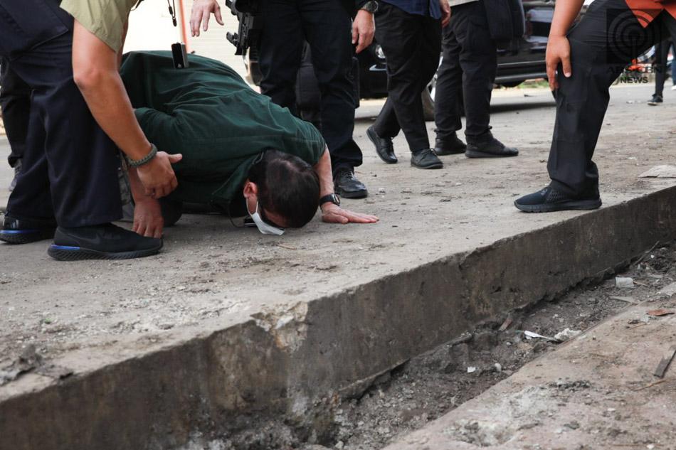 皇冠新现金网:杜特尔特跪地亲吻地面 为连环爆炸案遇难者怀念 第1张