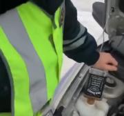 真战斗民族!俄罗斯警察给警车灌酒代替防冻剂